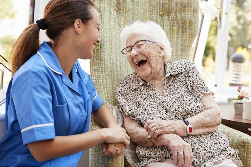 Un personnel soignant et une résidente partage un moment