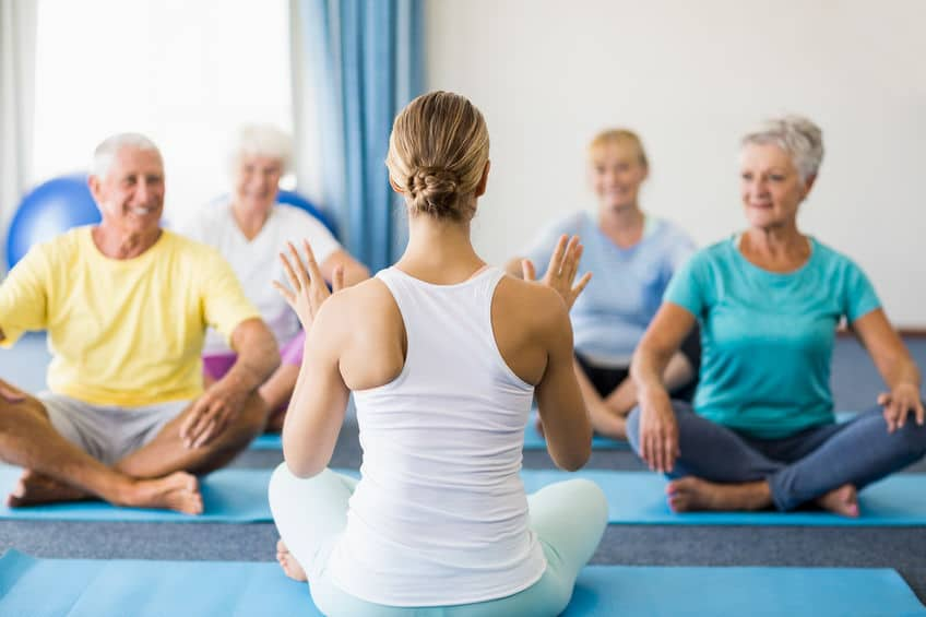 enseignant en activité physique adapté propose une séance de stretching