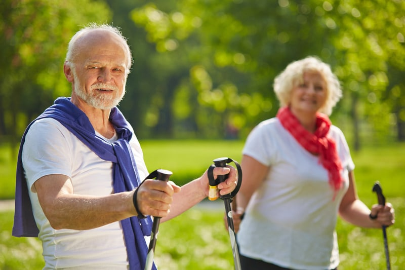 Couple de baby boomers en train de faire du sport