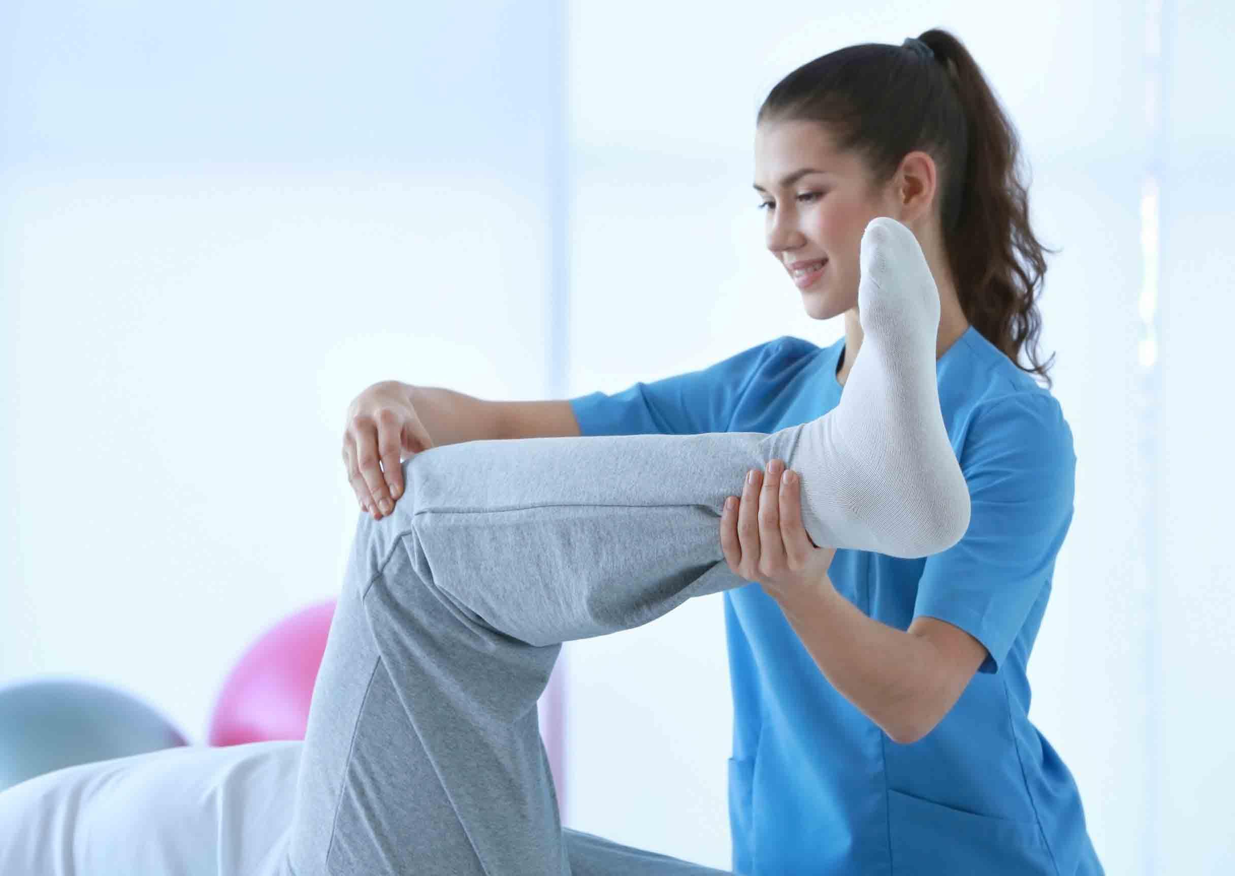Kinésithérapeute soigne une tendinite au genou