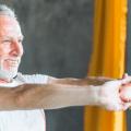 homme senior qui pratique de l'activité physique à la maison