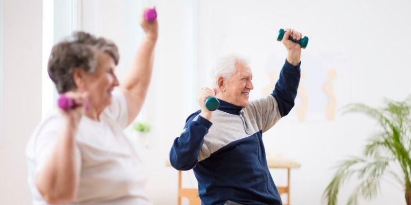 seniors en train de faire de l activité physique adaptée en ehpad