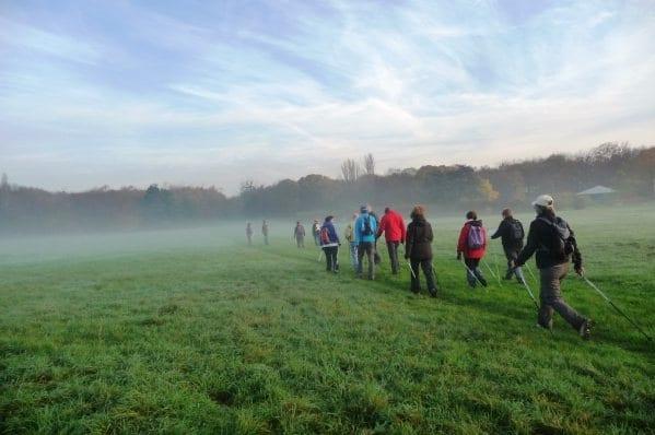 la marche est une activité physique recommandée pour les seniors