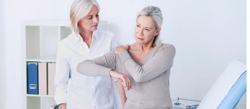 Femme souffrant arthrose au niveau de l'épaule