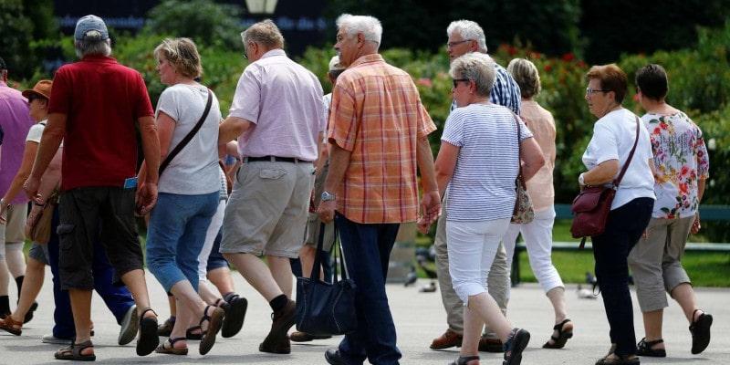 image représentant des personnes seniors en train de marcher
