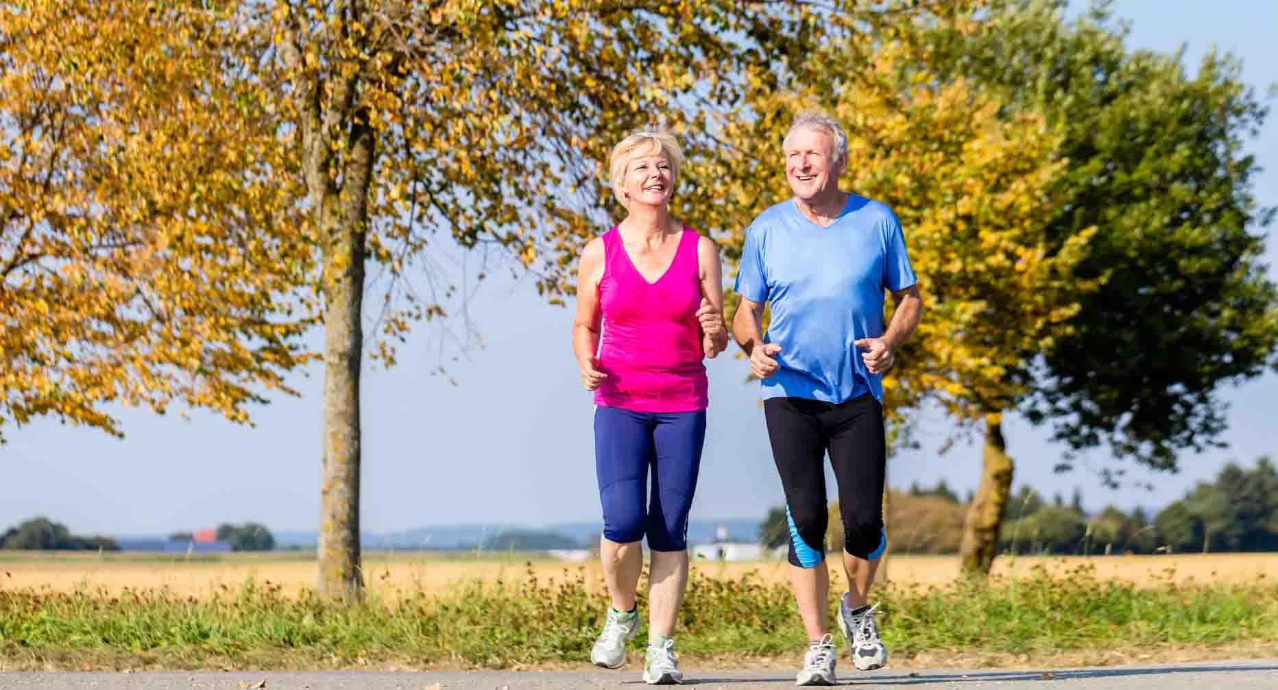 couple de senior qui marche pour diminuer leur essouflement