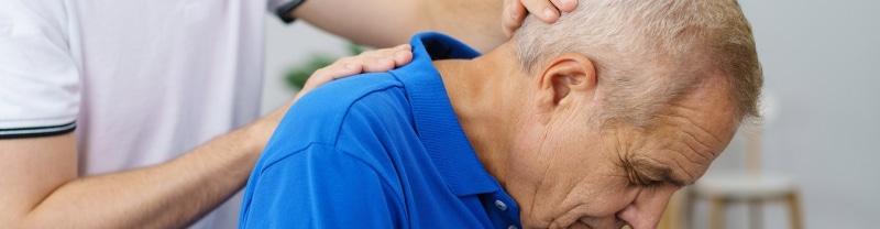Image d'un senior avec des douleurs au dos