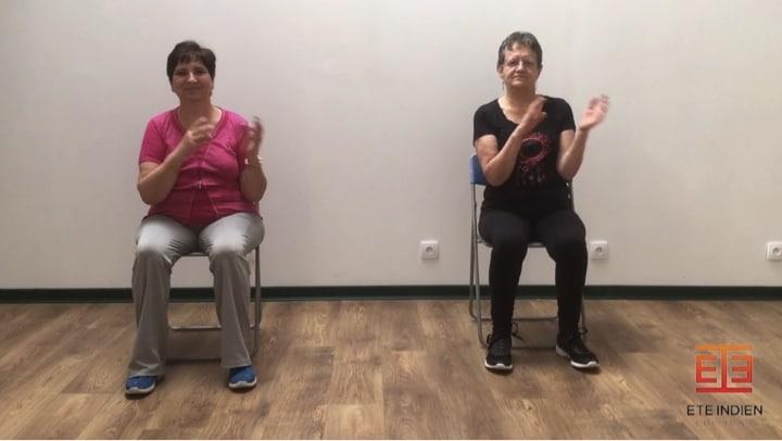 Exercices de mobilisation des membres supérieurs lors d'une séance de gym sur chaise