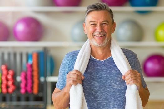 Image d'un senior qui pratique de l'activité physique pour prévenir le mal de dos