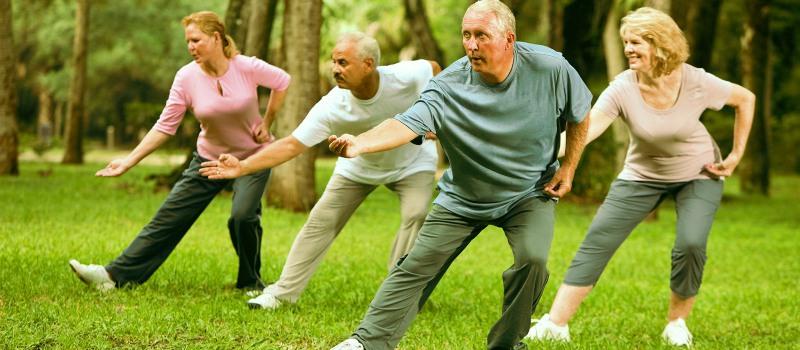 Groupe de seniors qui pratique un exercice de Qi Gong