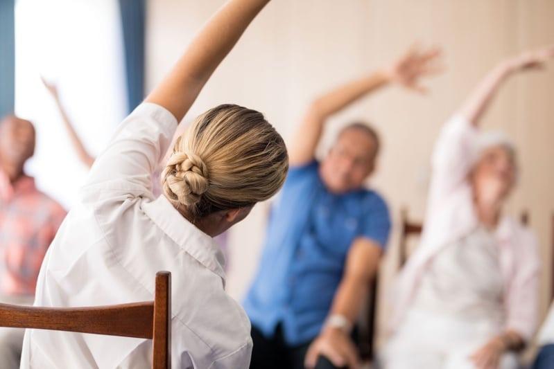exercice de gym sur chaise pour les bras et les épaules