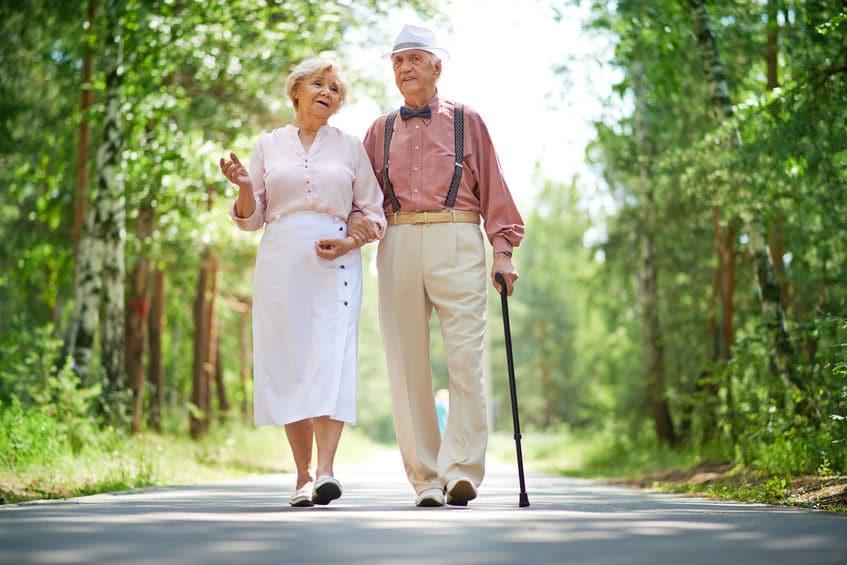 Couple de senior qui diminue leur sensation d'essoufflement grâce à la marche