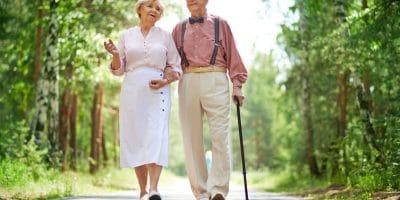couple de seniors qui marche dans un parc