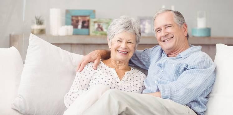 2 seniors heureux en résidences services