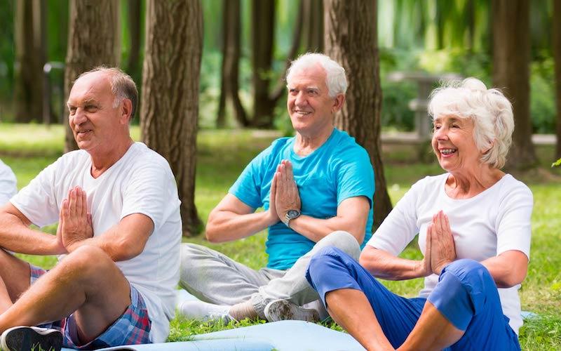 séance de relaxation et de yoga réalisée par des seniors