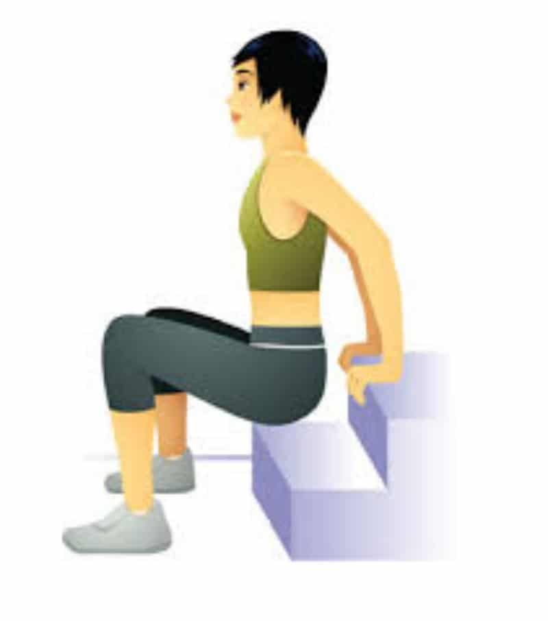 exercice de musculation des tricpes après 50 ans avec un escalier