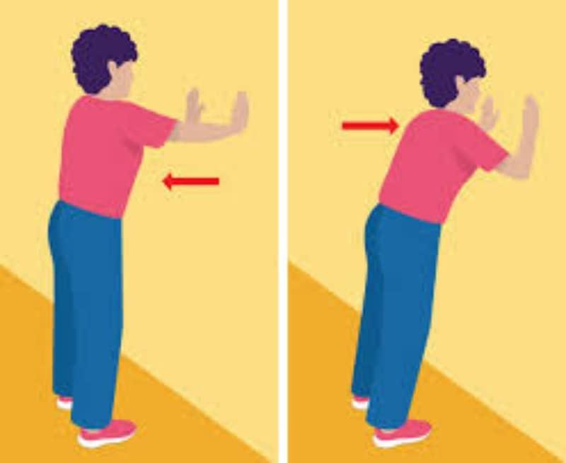 exercice de musculation des tricpes après 50 ans contre un mur