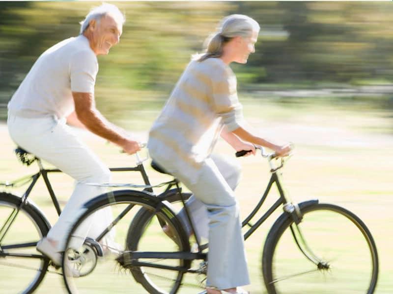 deux seniors font du vélo pour muscler leurs jambes