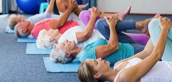 Yoga pour les seniors : une discipline qui favorise le bien-être